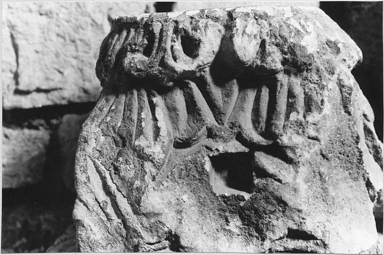 Elément d'architecture : chapiteau corinthien stylisé, en partie martelé