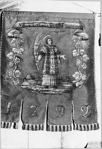 Bannière de procession : bannière de la Confrérie de Saint-Vincent représentant le saint debout tenant la palme des martyrs