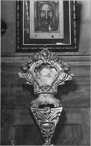 Reliquaire, console : reliquaire en forme de cartouche sculpté de chérubins, socle tripode, posé sur une console en pyramide inversée, bois sculpté, doré