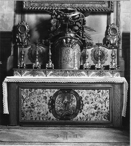 Autel, antependium, tabernacle, reliquaires (2), chandeliers d'autel (6) : bois sculpté et doré, antependium en soie brodée
