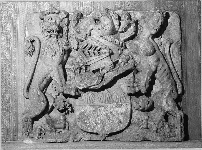 Bas-relief : armoiries des Fayn de Rochemaure ou Rochepierre, pierre sculptée