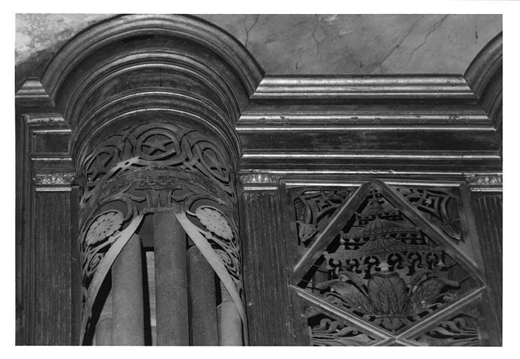 Buffet d'orgue : détail d'entrelacs étoilés, de clochettes, bois sculpté, doré ; avant restauration