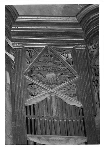 Buffet d'orgue : détail de clochettes, palmettes, feuilles d'acanthe, bois sculpté, doré ; avant restauration