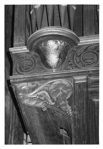 Buffet d'orgue : détail d'une console, décor de rinceaux végétaux, bois sculpté, doré ; avant restauration