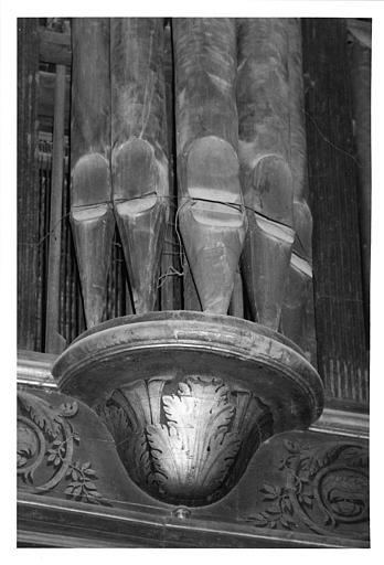 Buffet d'orgue : détail d'une console ornée de feuilles d'acanthe, bois sculpté, doré ; avant restauration