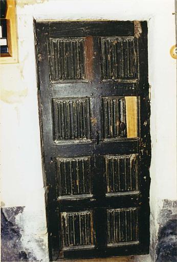 Porte : décor de 8 panneaux en bois sculpté du motif dit 'plis de serviette'