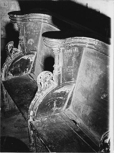 Stalles : deux stalles en bois sculpté de feuilles d'acanthe, colonnettes et moulures