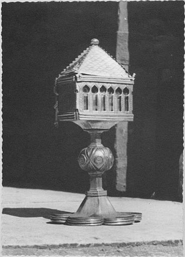 Reliquaire : reliquaire en fore d'église, monté sur un pied polylobé, étain