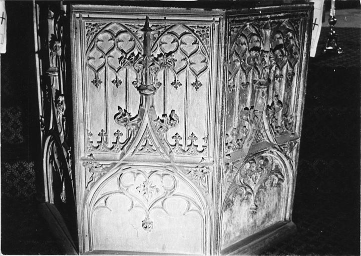 Décor architecturé (réseau de baies) en bois sculpté, dossiers de stalles ? ; avant restauration