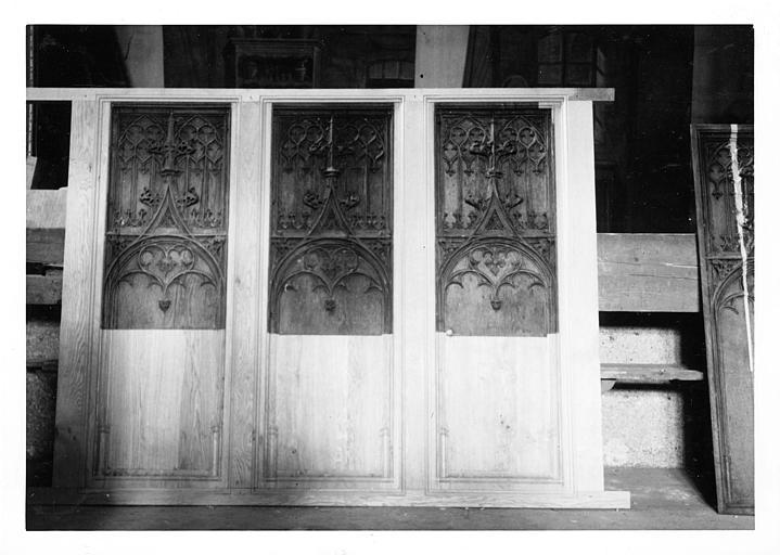 Stalles (dossiers) : dossiers de stalles en bois sculpté  d'un décor architecturé ; pendant restauration