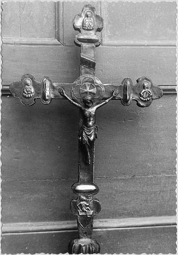 Croix de procession : âme de bois plaquée d'argent, Christ en argent, petits personnages