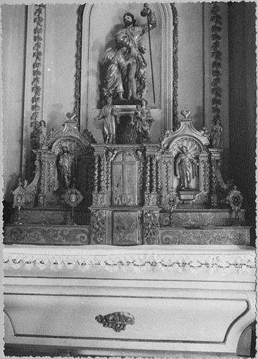 Tabernacle, gradins d'autel, statues (6) : tabernacle architecturé placé sur deux gradins d'autel et agrémenté de six statuettes, bois sculpté, doré