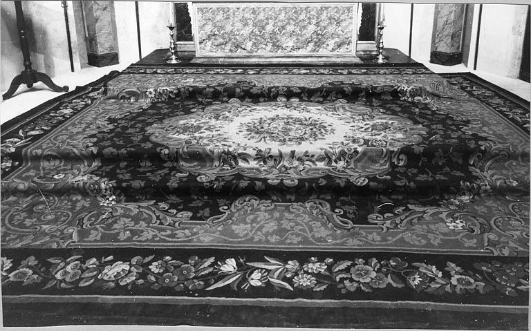 Tapis de sol : tapis d'Aubusson en laine à médaillon central fleuri, entouré de rinceaux feuillagés, bordure fleurie