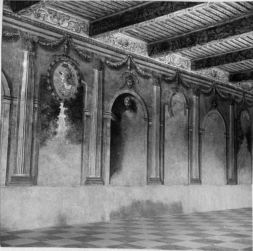 Peinture monumentale : sur les murs, architecture, sculptures, médaillons en trompe-l'oeil, plafond à la française peint de rinceaux