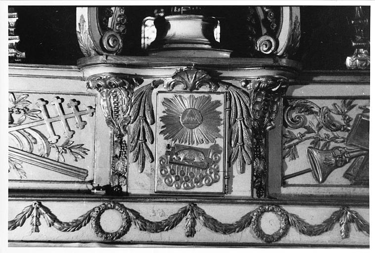 Tabernacle : détail de la porte sculptée d'un bas-relief de l'Agneau couché sur le livre aux sept sceaux, bois sculpté, peint, doré