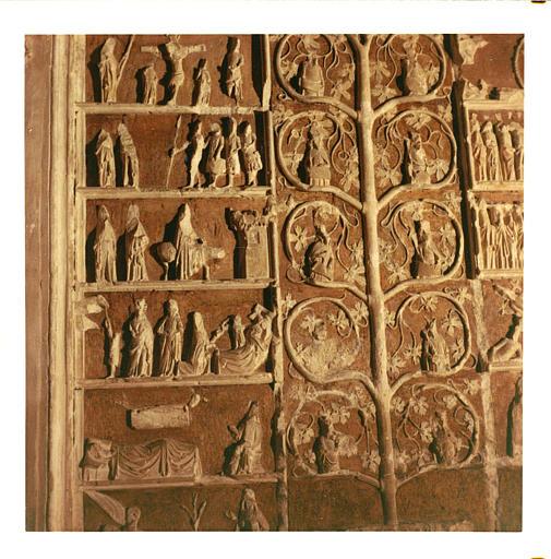 Bas-relief : 'L'arbre de Jessé', détail des scènes de la partie gauche, Nativité, Fuite en Egypte, etc., pierre sculptée, peinte