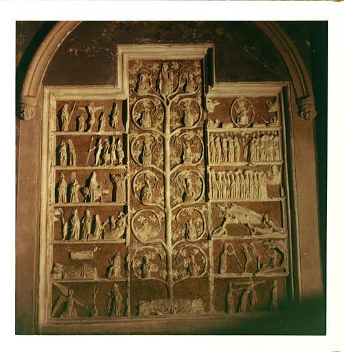 Bas-relief : 'L'arbre de Jessé', scènes de la vie du Christ de part et d'autre, pierre sculptée, peinte