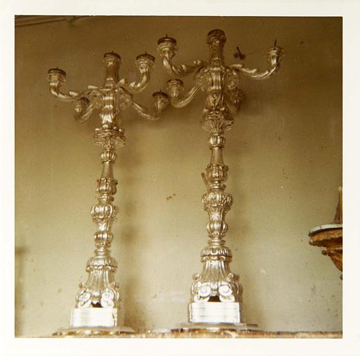 Paire de chandeliers à cinq branches, bois sculpté de motifs végétaux, argenté ; après restauration