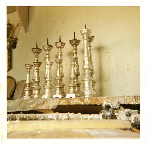 Chandeliers de forme balustre de deux tailles différentes, bois tourné, argenté ; après restauration