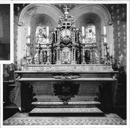 Autel (autel majeur), tabernacle, exposition : autel de forme doucine, tabernacle architecturé agrémenté de 4 statuettes d'apôtres, bois sculpté, doré