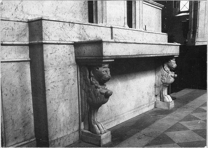 Autel (autel majeur) : revers de l'autel majeur formant console rectangulaire sculptée de lions ailés, pierre sculptée
