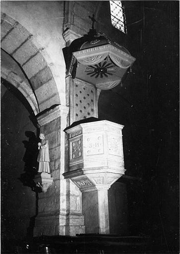 Chaire à prêcher : de style Renaissance, pierre sculptée de caissons, motifs végétaux, rideaux feints