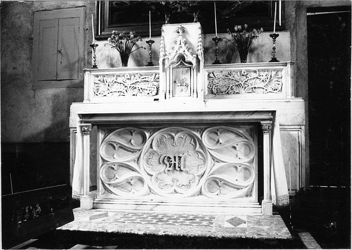 Autel, gradin d'autel, tabernacle : chapelle ducale, tabernacle en forme de pignon gothique, gradin sculpté de ronces et de fleurs, marbre sculpté