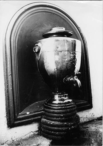 Fontaine baptismale : fontaine en cuivre rouge, robinet récent