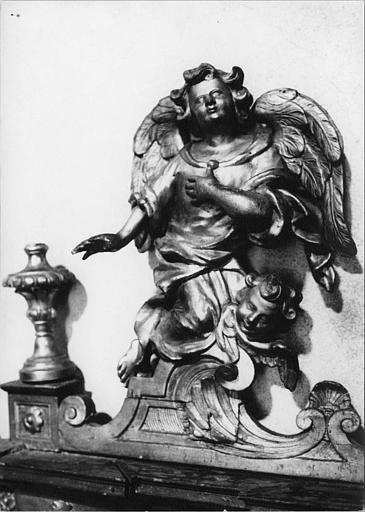 Tabernacle, statue : ange adorateur et chérubin, corniche du tabernacle, bois sculpté, doré