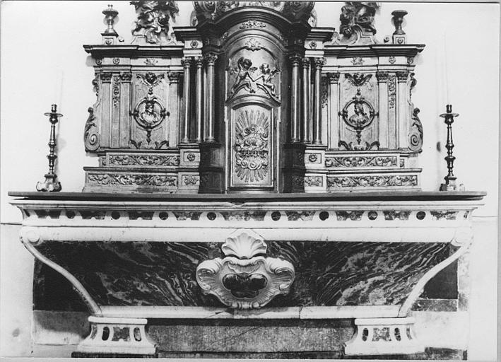 Autel : autel galbé en marbre polychrome, au centre, coquille et cartouche sculptés, tabernacle architecturé sculpté de bas-reliefs