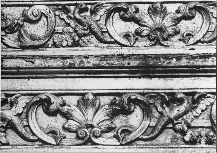 Gradins d'autel : détail du décor sculpté, frise de palmettes, volutes et animaux fantastiques, bois sculpté, doré