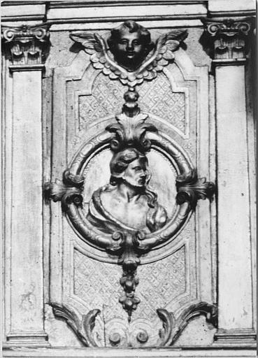 Tabernacle : détail d'un médaillon sculpté en bas-relief d'un personnage en buste (saint Jean-Baptise?), bois sculpté, doré
