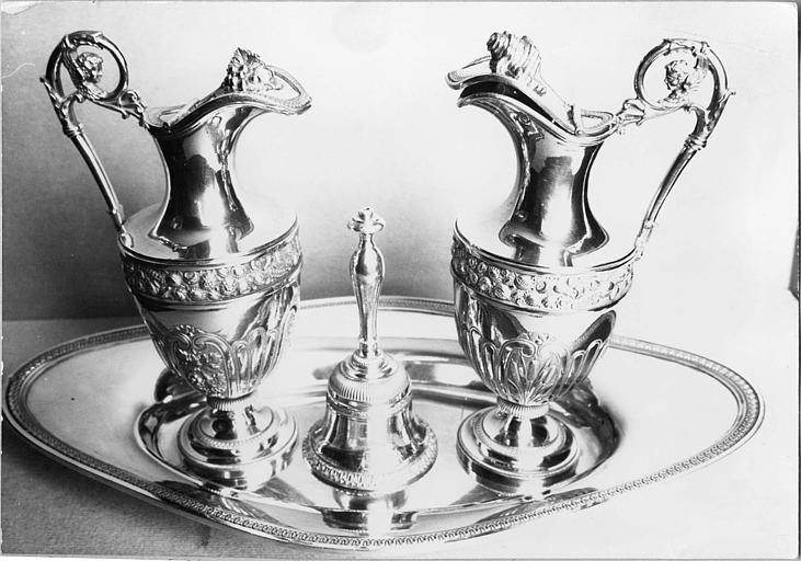 Burettes (2), plateau à burettes, clochette d'autel : argent doré, burettes ornées de chérubins, roseaux, fleurs, grappe de raisin