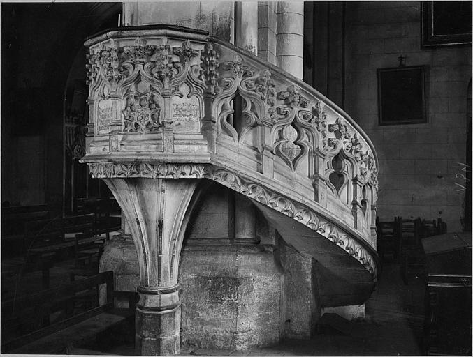 Chaire à prêcher : tribune sculptée de motifs empruntés au vocabulaire architectural, escalier récent, pierre sculptée