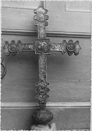 Croix de procession : revers, laiton repoussé et gravé sur âme de bois, rinceaux fleuris, médaillons gravés de personnages