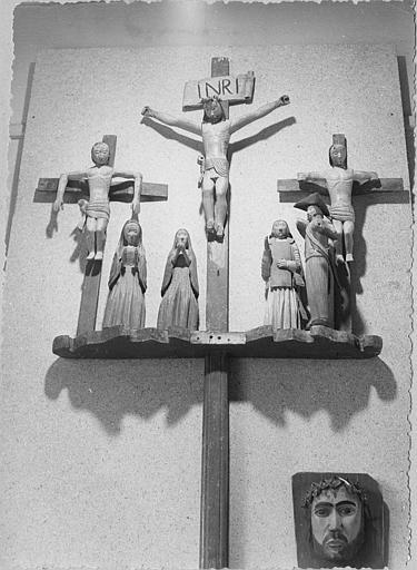Croix de confrérie : le Christ et les deux larrons, les saintes femmes, saint Jean et un soldat, bois sculpté, peint