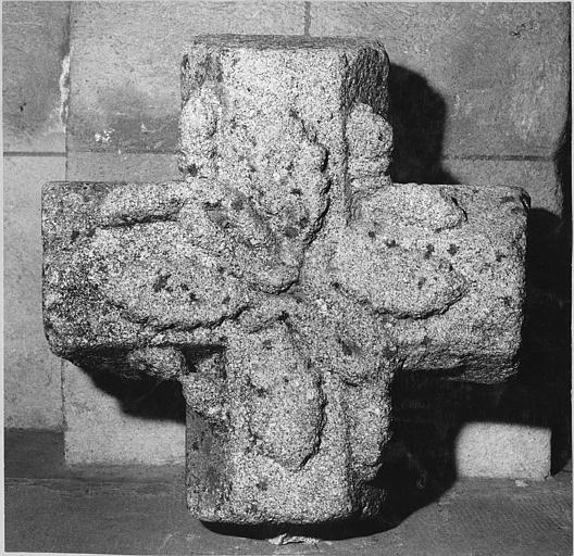 Clef de voûte : croix sculptée de feuilles, pierre sculptée