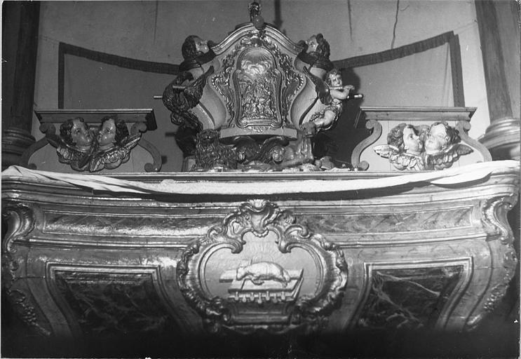 Autel, tabernacle : autel et tabernacle galbés sculptés de bas-reliefs, bois sculpté, peint, doré