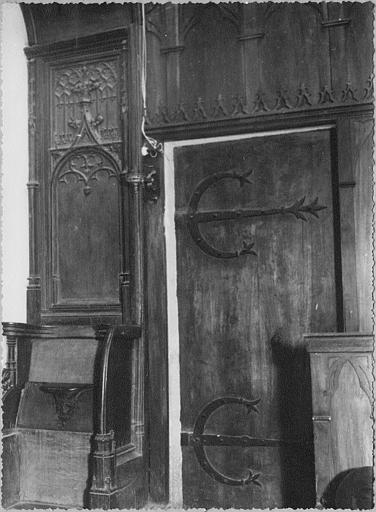 Stalle : bois sculpté de motifs architecturaux imitant les réseaux des baies d'églises