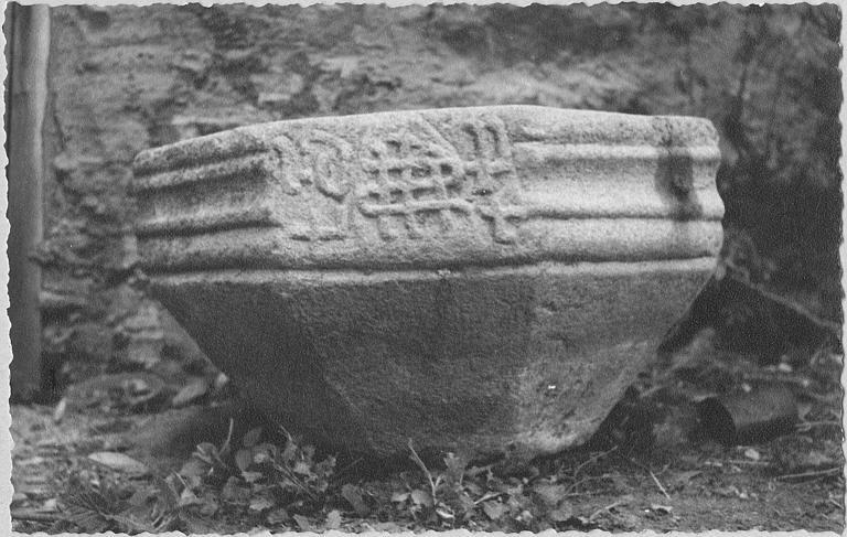 Bénitier : cuve octogonale utilisée comme bénitier, motif d'entrelacs, moulures, pierre sculptée