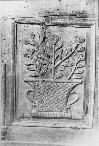 Coffre de confrérie : coffre en bois de la confrérie des Pénitents du Saint-Sacrement, détail d'un panneau sculpté en bas-relief