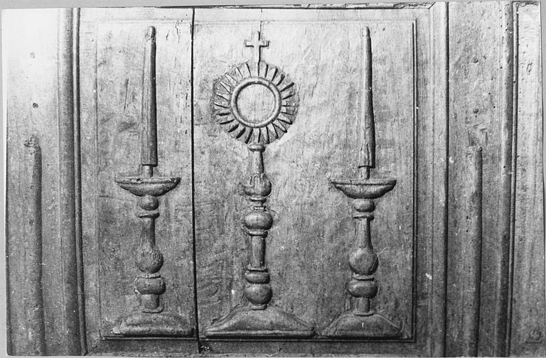 Coffre de confrérie : coffre en bois de la confrérie des Pénitents du Saint-Sacrement, détail d'un panneau sculpté d'un ostensoir et de chandeliers