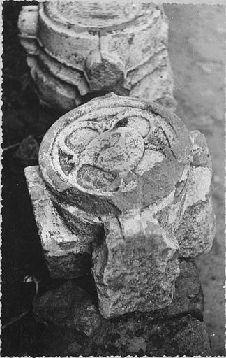 Clef de voûte : circulaire, à motif quadrilobé, pierre sculptée