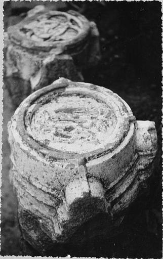Clef de voûte : circulaire, motif sculpté au centre, pierre sculptée