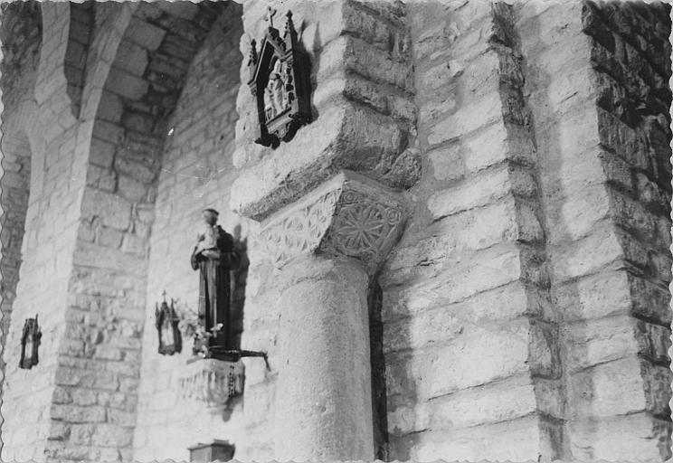 Chapiteau : chapiteau trapézoïdal sculpté en relief méplat de roses et de cercles concentriques, pierre sculptée