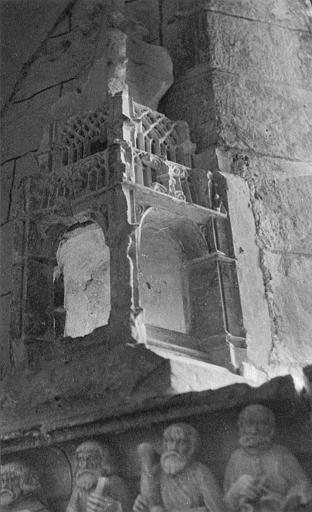Reliquaire-monstrance : élément ressemblant à un dais architectural en pierre sculptée