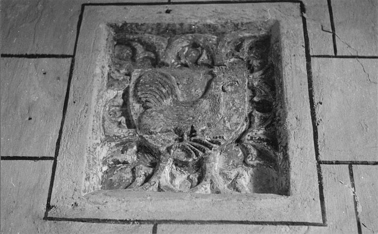 Bas-relief : armoiries de la famille Vogüé, coq sculpté en relief méplat
