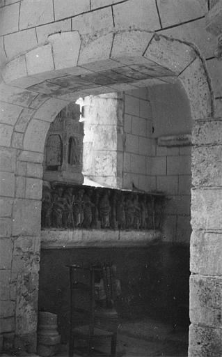 Retable : bas-relief provenant probablement d'un ancien retable, représentant le Christ et les 12 apôtres