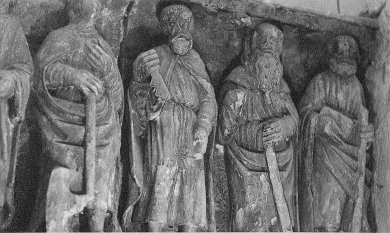 Retable : bas-relief provenant probablement d'un ancien retable, représentant le Christ et les 12 apôtres (détail)