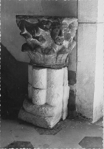 Bénitier : chapiteau figuré utilisé comme bénitier, pierre sculptée